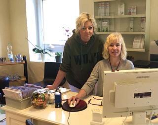 Am Empfang begrüßen Sie Heike Kukat und Martina Larsen